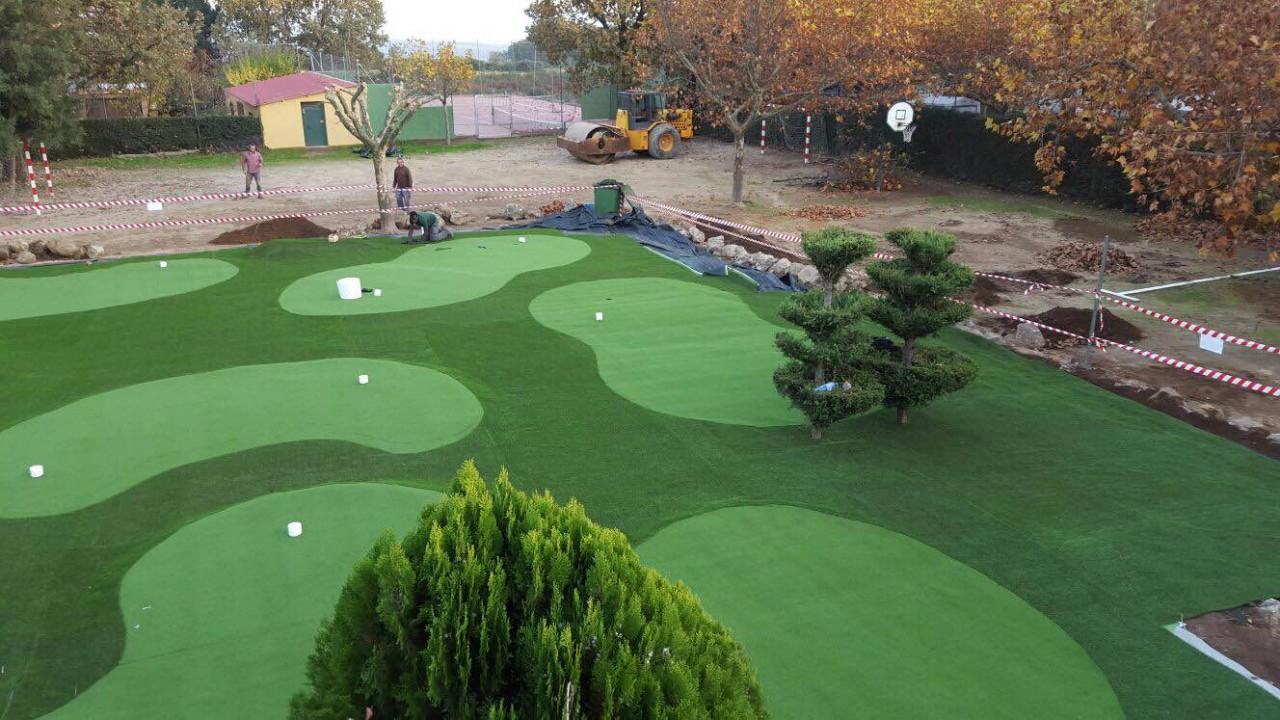 Campo de mini golf listo para disfrutar