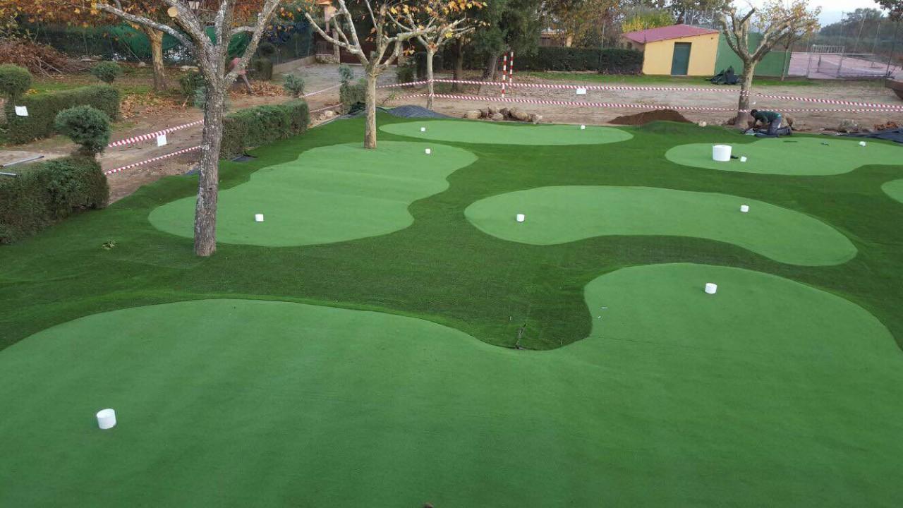Campo de mini golf realizado con césped artificial