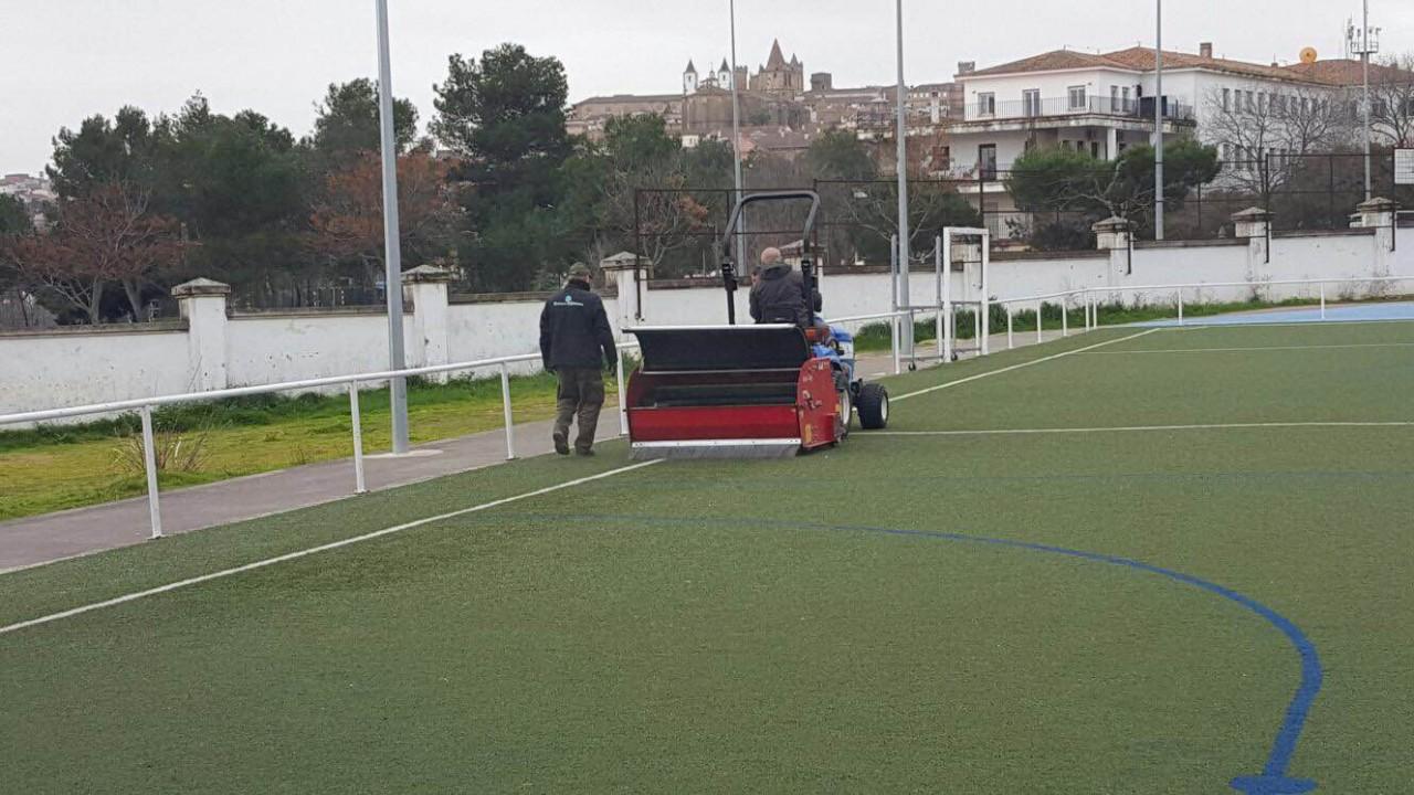 Mantenimiento cancha de fútbol de césped artificial