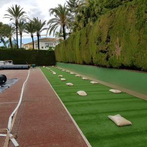 Montaje de cancha de tenis de césped artificial