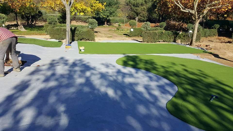 Instalación campo de mini golf de césped artificial