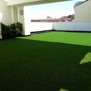 Especialistas en paisajismo, terraza de césped artificial
