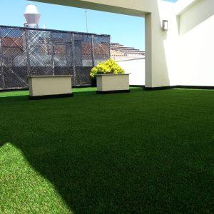 instalación de césped en terraza, empresa de paisajismo