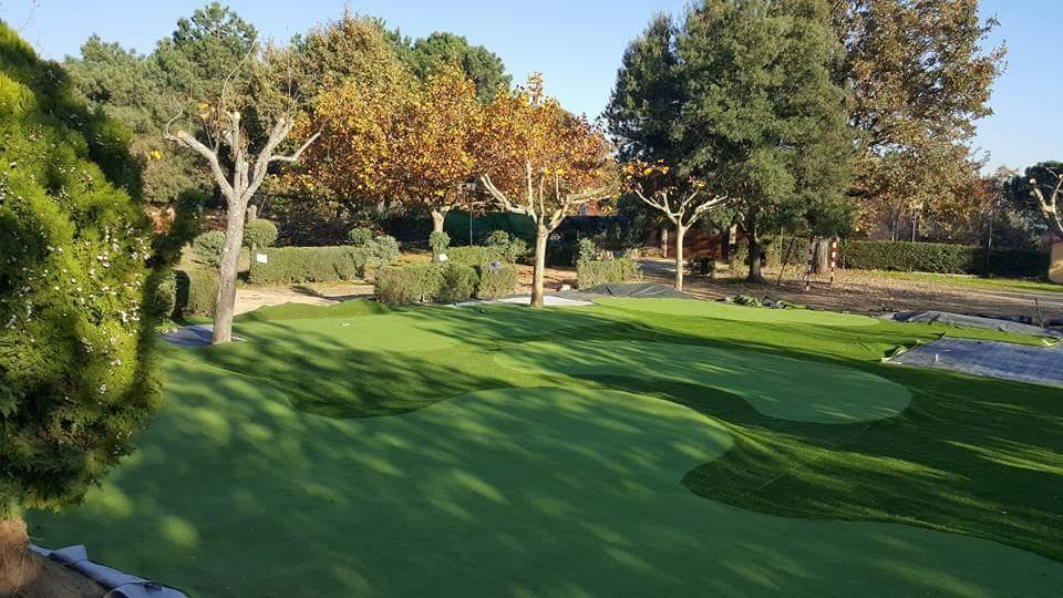 Campo de mini golf con césped artificial