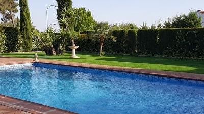Césped artificial para piscinas, césped sintético antideslizante, césped resistente al cloro, césped artificial para piscinas en Cáceres, Badajoz...